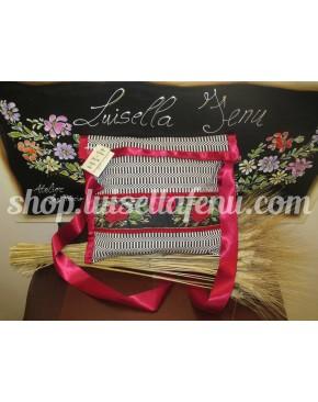 Borsetta in orbace e fascia di seta con rose